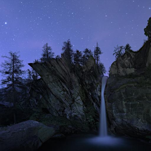 Cascata Pis del Passet (Preit - Val Maira) al crepuscolo.