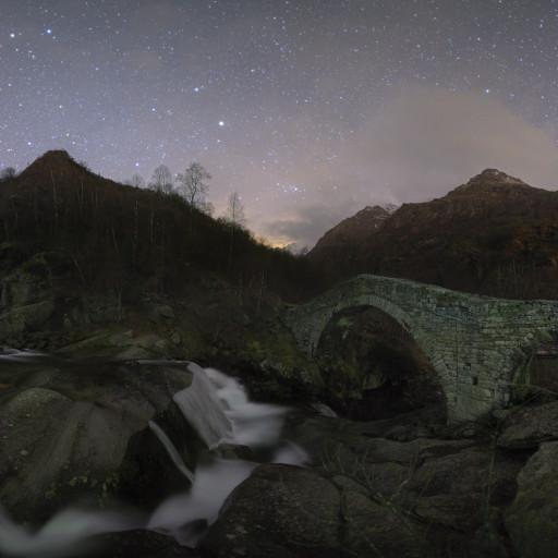 Ponte romanico in Valchiussella di notte.