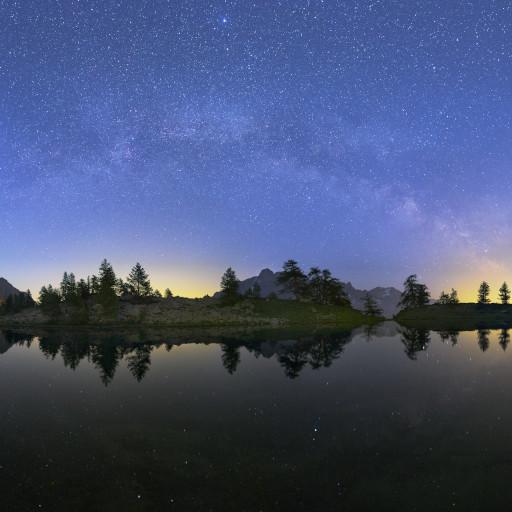 Giove e l'arco della Via Lattea sopra i laghi Mouton (valle Stura) al crepuscolo.