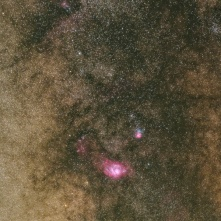 La Nebulosa Laguna (M 8) e la Nebulosa Trifida (M 20) si stagliano in direzione del centro della Via Lattea.