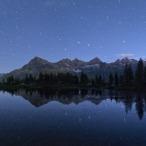 Il Grande Carro si specchia nelle acque del lago inferiore di Bellagarda, mentre il crepuscolo mattutino rischiara il cielo.