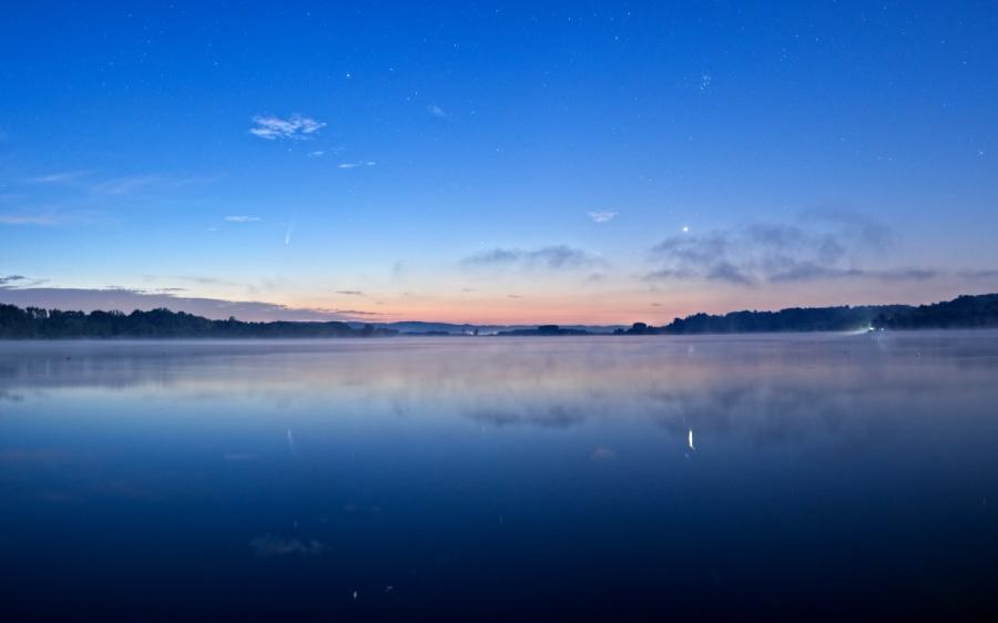 Venere e la cometa C/2020 F3 NEOWISE si specchiano nelle acqua del lago di Candia alle prime luci del crepuscolo.