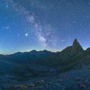 Giove, Saturno e il centro della Via Lattea sopra le cime al confine italo francese, con Roc la Niera in primo piano.