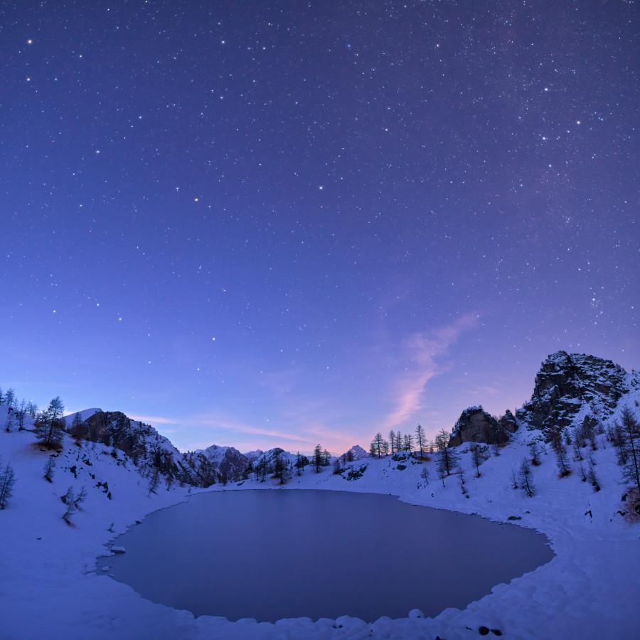 Lago Nero innevato al crepuscolo