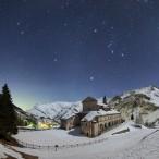 Le costellazioni invernali sopra il Santuario di San Magno illuminato da una falce di Luna crescente.