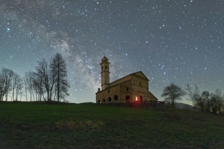 Il Santuario di Santa Maria di Morinesio e il centro della Via Lattea sul finir della notte.