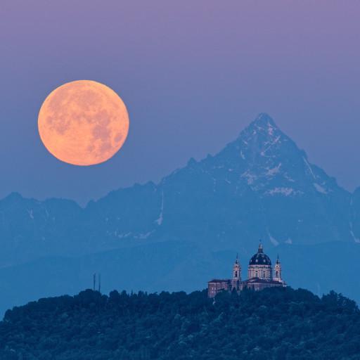 Strawberry Moon: l'ultima super Luna del 2021, Il Monviso e Superga racchiusi in pochi gradi d'inquadratura.