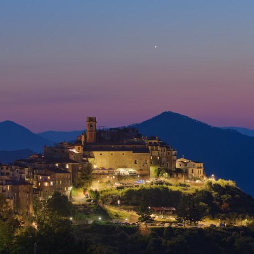 Venere all'imbrunire sopra il borgo di Perinaldo, paese natale di Giovanni Domenico Cassini.