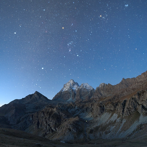 Orione e le costellazioni invernali sul Gruppo del Monviso alle prime luci del crepuscolo mattutino.